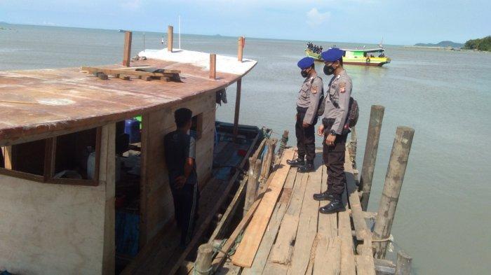 Datangi Dermaga Kapal, Personel Polair Bengkayang Beri Pesan Keselamatan Pelayaran