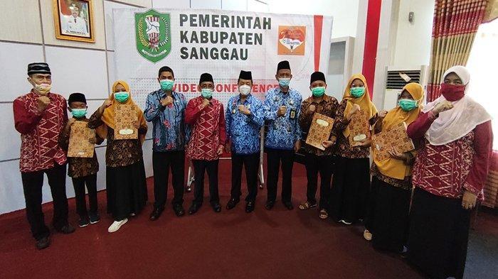 Wabup Ontot Serahkan Piagam Penghargaan dan Bonus Kepada Para Kafilah MTQ Kabupaten Sanggau