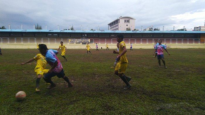 Suasana pertandingan Kancil BBK VS Bank Kalbar di Lapangan Sepak Bola PSP Kebon Sayoek Pontianak. Sabtu (12/9/2020)