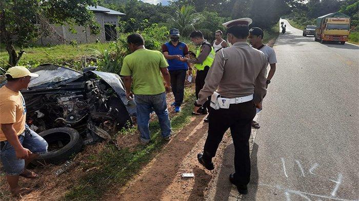 Kanit Laka Lantas Polres Kubu Raya IPDA I Wayan Mahardika, SH saat melakukan olah TKP di lokasi Kecelakaan Maut di jalan Trans Kalimantan KM 65, Desa Teluk Bakung, Kecamatan Sungai Ambawang, Kabupaten Kubu Raya.