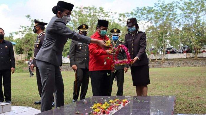 Peringati Hari Pahlawan, Ketua DPRD dan Bupati Landak Lakukan Apel Tabur Bunga di Makam Pahlawan