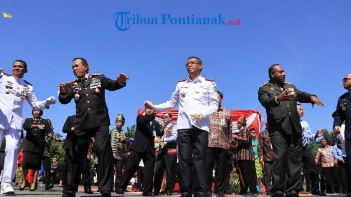FOTO: Kapolda Beserta Gubernur Kalbar dan Pangdam XII/TPR di Apel Besar HUT Bhayangkara ke 73 - kapolda-kalbar-irjen-didi-haryono-beserta-gubernur-kalbar-sutarmidji-dan-pangdam-xxi-hut-bhayangkara.jpg