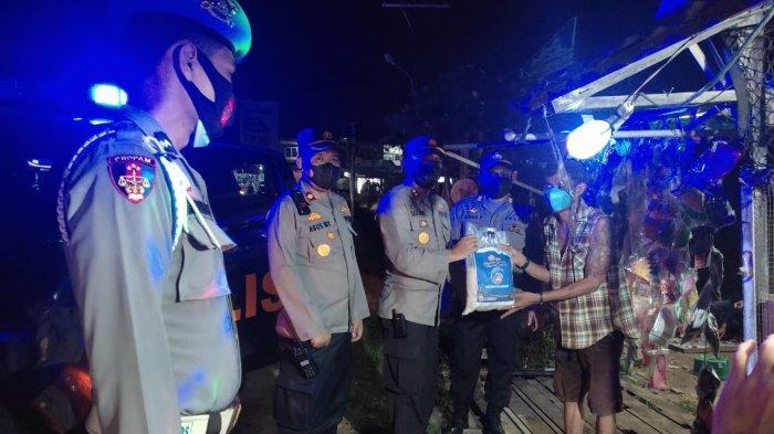 Gelar Patroli, Polres Melawi & Polsek Jajaran Berikan Imbauan serta Bagikan Paket Sembako pada Warga
