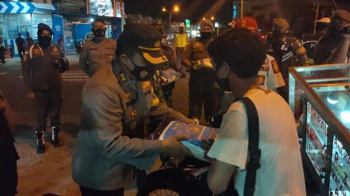 Kapolres-Dandim Ketapang Cek Prokes PPKM dan Bagikan Paket Sembako ke Pedagang