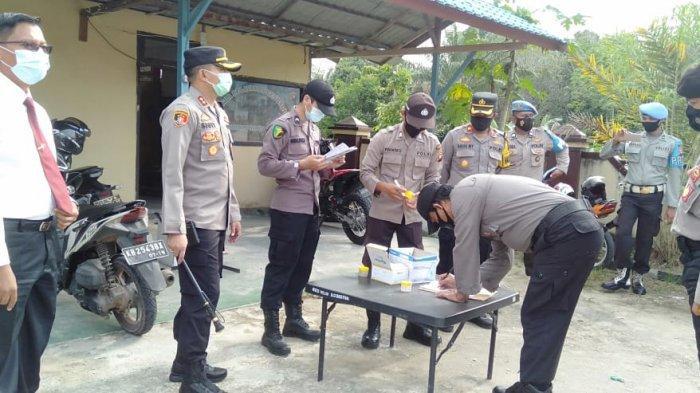 Polres Melawi Test urine mendadak kepada seluruh anggota Polres Melawi setelah pelaksanaan apel pagi, Senin 22 Februari 2021.