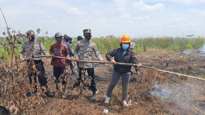 Kapolsek Kakap Bersama Istri Ikut Padamkan Api di Lahan Yang Terbakar Desa Punggur Kecil