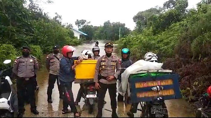 Banjir Rendam Akses Jalan ke Kecamatan Jongkong Kabupaten Kapuas Hulu