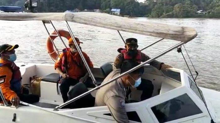 Kapolsek Nanga Pinoh Bersama BPBD Melaksanakan Patroli Pengecekan Debit Air Sungai Melawi