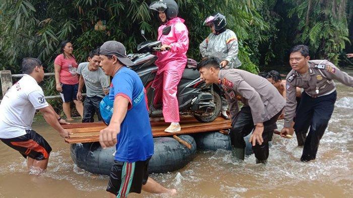 Banjir Rendam Jalan Poros di Meliau, Kapolsek Cek Lokasi dan Imbau Warga