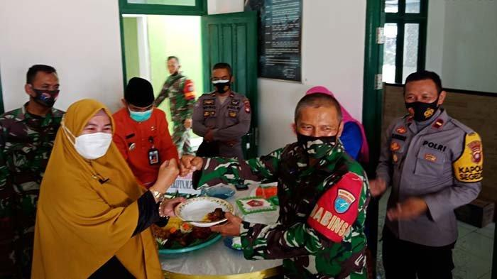 Kapolsek Segedong dan Rombongan Beri Kejutan pada Danramil Jongkat pada Momentum HUT TNI ke-76