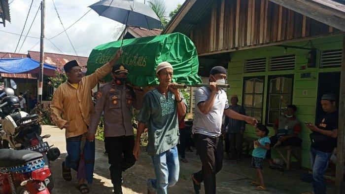 Sebagai Wujud Kepedulian, Kapolsek Batang Tarang Beserta Anggota Takziah ke Rumah Warga