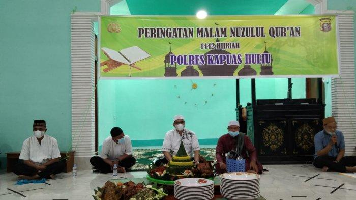 Polres Kapuas Hulu Gelar Peringatan Nuzulul Quran, Kapolres Ajak Personel Baca Quran dan Amalkan