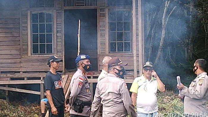 Personel Polres Kapuas Hulu, Polda Kalbar yang tergabung dalam Operasi Bina Karuna 2021 melaksanakan kegiatan patroli dan sosialisasi terkait Kebakaran hutan dan lahan (Karhutla) di Desa Kedamin Hilir, Kecamatan Putussibau Selatan, Sabtu 6 Maret 2021.