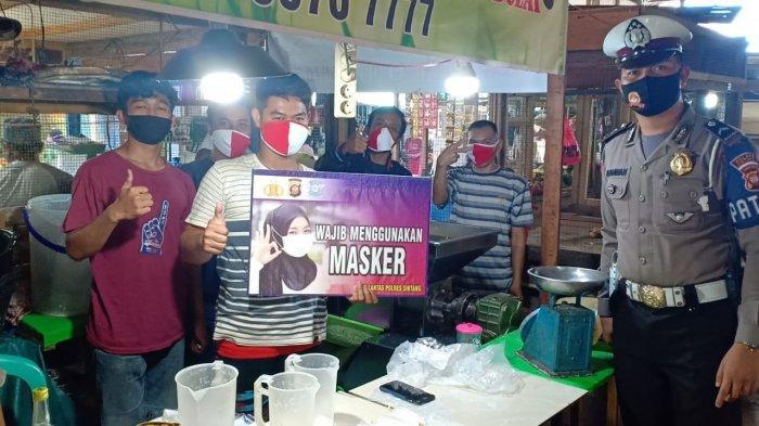 Sat Lantas Polres Sintang Bagi-bagi Masker untuk Pedagang di Pasar Masuka