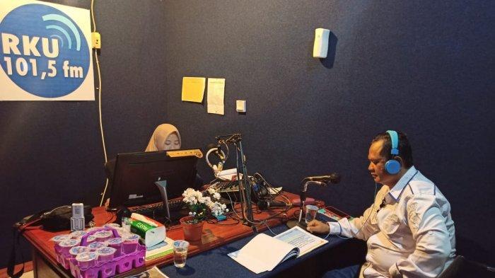 Sat Resarkoba Polres Kayong Utara Sosialisasikan Anti Narkotika Melalui Radio