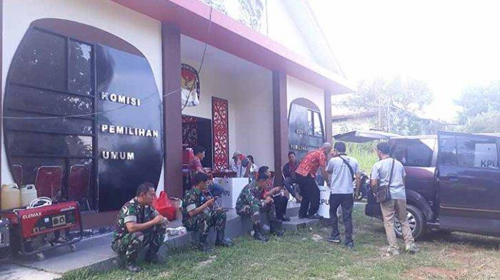 Anggota Kodim 1201 Kawal Pembukaan Kotak Suara untuk DPR RI di KPU Landak