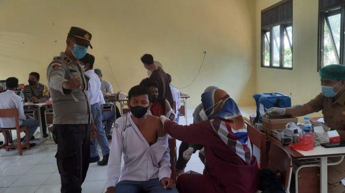 Kapolsek Sanggau Ledo Monitoring dan Lakukan Pengamanan Vaksinasi Pelajar SMK 1 Sanggau Ledo