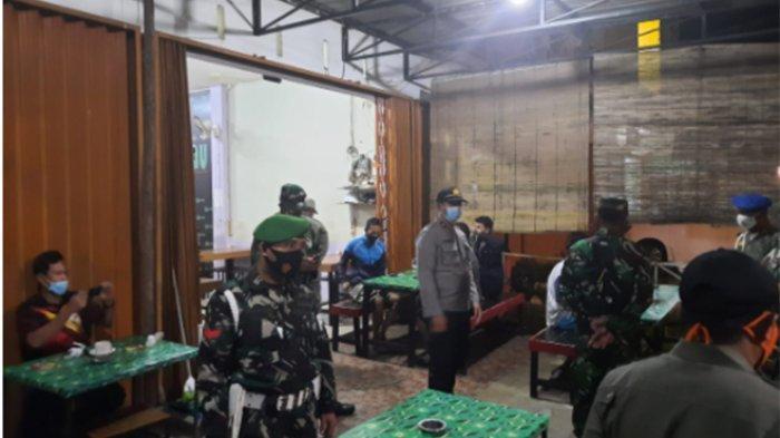 Tim Gabungan TNI-Polri dan Satpol PP Lakukan Operasi PPKM di Warkop dan Kafe di Kubu Raya