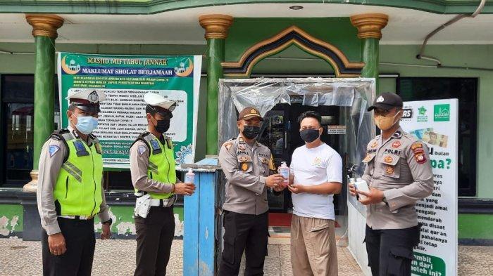 Sambangi Masjid, Personel Polres Melawi Bagikan Sabun Cuci Tangan dan Hand Sanitizer