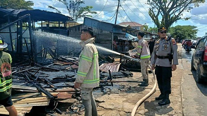 KEBAKARAN - Empat kios semi permanen ludes pada musibah kebakaran, di Jalan Raya Kapur Kumpai, Dusun Parit Mayor, Desa Kapur, Kabupaten Kubu Raya, Kalimantan barat (Kalbar), Sabtu 15 Mei 2021 siang WIB.