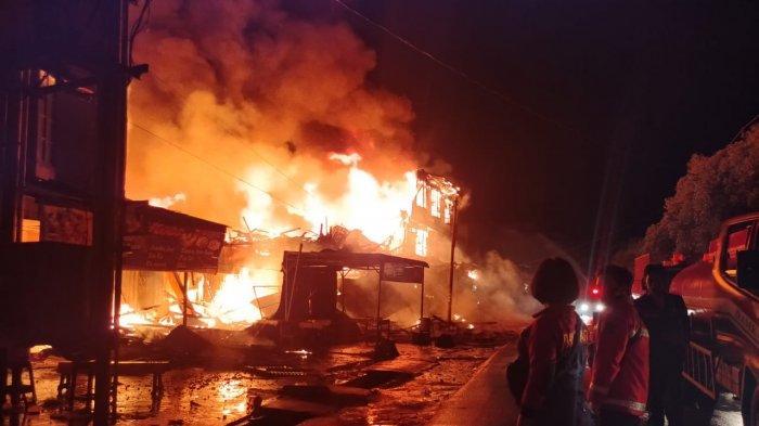 Kerumunan Warga Jadi Hambatan Upaya Pemadaman Kebakaran di Sintang