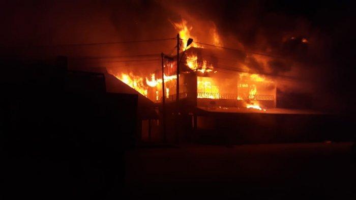 BREAKING NEWS- Kebakaran Hebat di Pasar Sungai Pinyuh, Api Belum Berhasil Dipadamkan