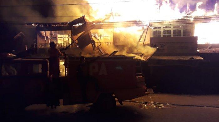 Kebakaran kembali terjadi di Sungai Pinyuh, sejumlah ruko tampak habis terbakar, Sabtu, 10 Oktober 2020 malam.