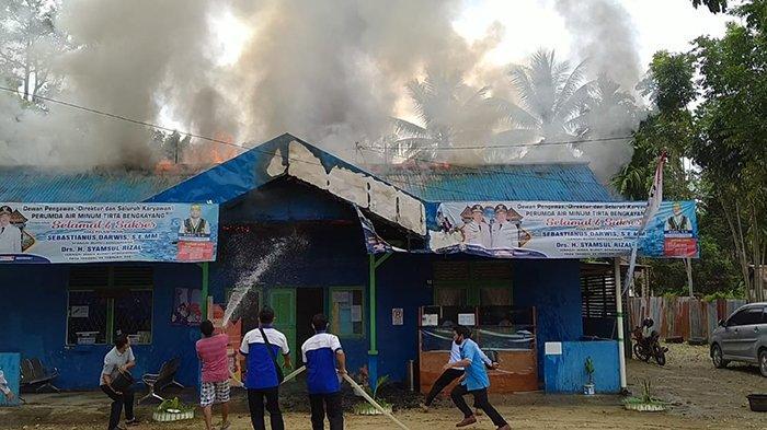 BREAKING NEWS - Kantor PDAM Tirta Bengkayang Ludes Terbakar