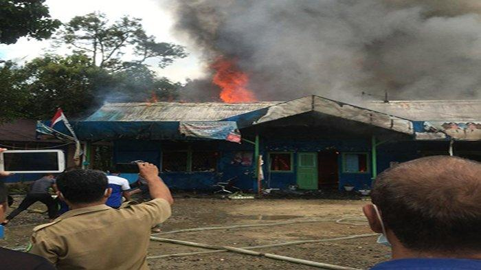 Kebakaran melahap Kantor PDAM Tirta Bengkayang, Senin 29 Maret 2021.