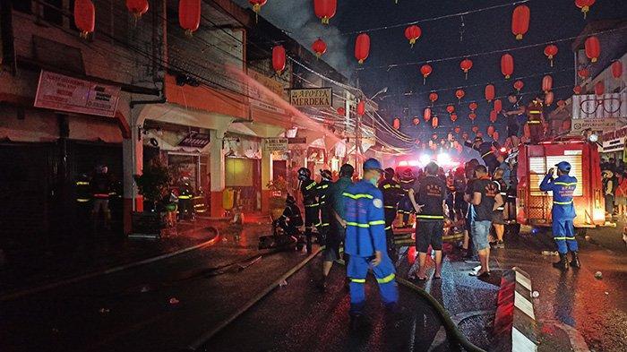 BREAKING NEWS - Deretan Ruko Dua Lantai di Jalan Diponegoro Kota Singkawang Terbakar