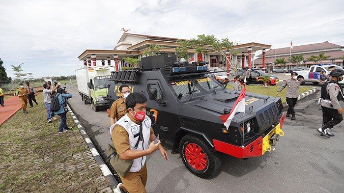 Kedatangan vaksin Covid-19 yang dikawal ketat aparat kepolisian di Bandara Internasional Supadio Pontianak, Kubu Raya, Kalimantan Barat, Selasa 5 Januari 2021. Sebanyak 18.360 vaksin Sinovac tersebut akan diberikan kepada kelompok penerima vaksin yang diprioritaskan terlebih dahulu. TRIBUN PONTIANAK/DESTRIADI YUNAS JUMASANI