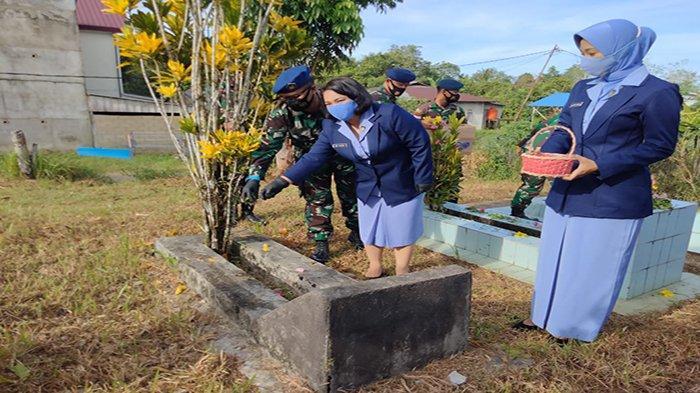 Peringati Hari Bakti TNI AU ke-74, Komandan Lanud Harry Hadisoemantri Pimpin Ziarah Makam