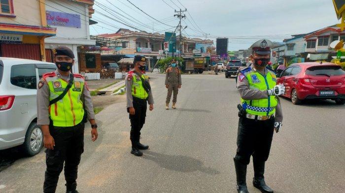 Gencarkan PPKM, Anggota Polres Ketapang Turun ke Jalan untuk Perketat Protokol Kesehatan Warga