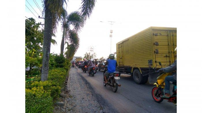 Kepadatan Lalu-lintas di Simpang Tugu Jam Sintang Akibatkan Kemacetan Panjang