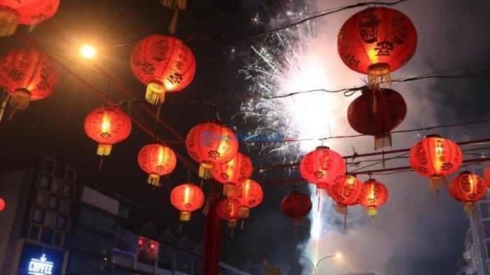 FOTO: Pesta Kembang Api Sambut Tahun Baru Imlek - kembang-api-gajahmada.jpg