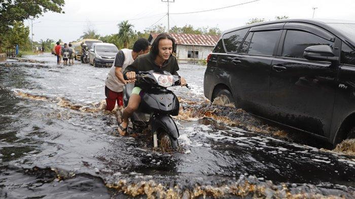 BREAKING NEWS - Banjir Rendam Jalan Trans Kalimantan, Warga Desa Pancaroba Kubu Raya Butuh Bantuan