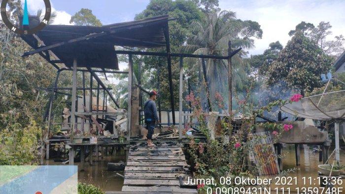 Rumah warga Desa Kenyauk Kecamatan Sepauk hangus terbakar, Jumat 8 Oktober 2021.