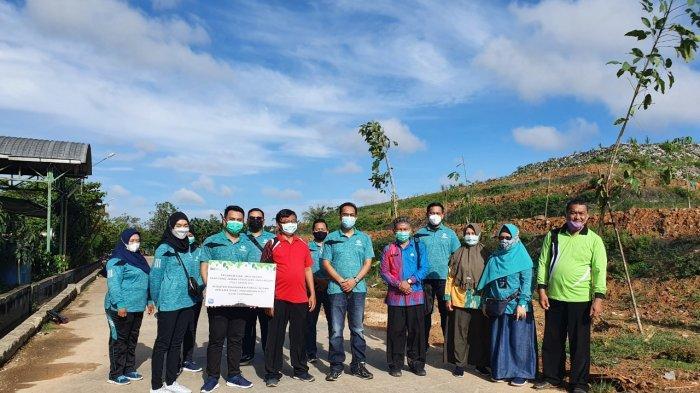 Kepala Jasa Raharja Kalbar, Regy S Wijaya foto bersama Kepala DLH Pontianak, Kepala UPTD TPA Batu Layang dan jajaran usai menanam pohon Tecoma, Batu Layang, Pontianak, Jumat, 27 Maret 2021.