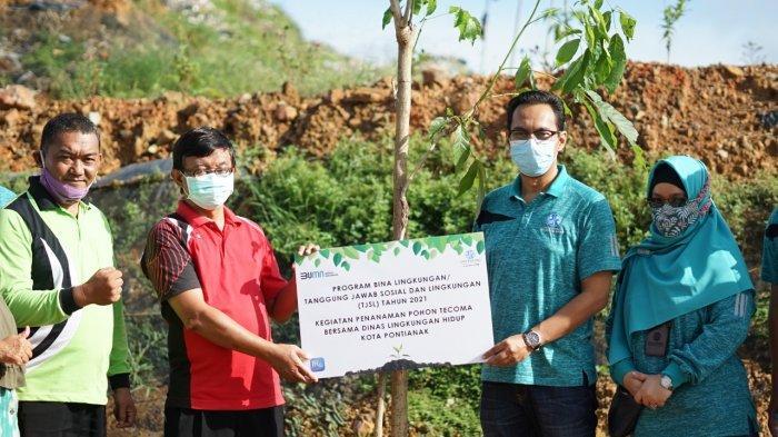 Kepala Jasa Raharja Kalbar, Regy S Wijaya menanam pohon Tecoma, Batu Layang, Pontianak, Jumat, 27 Maret 2021.