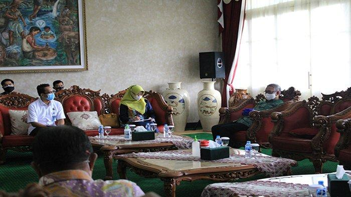Kepala PT Jasa Raharja Cabang Kalimantan Barat, Regy S Wijaya (kiri) pada Audiensi Tim Pembina Samsat Provinsi Kalbar bersama Gurbernur Kalimantan Barat, H Sutarmidji,SH, MH., di Pendopo Gurbernur Kalimantan Barat, Kamis, 25 Maret 2021.