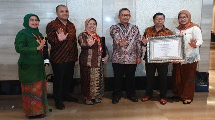 SMK SMTI Pontianak Raih Penghargaan Wilayah Bebas Korupsi (WBK) dari Kementerian PANRB - kepala-smk-smti-pontianak-sih-parmawati-bersama-wbk-wbbm.jpg