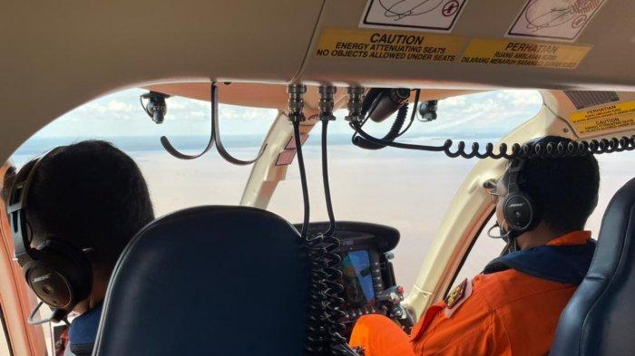 Polda Kalbar kerahkan helikopter Polri Bell 429 guna membantu upaya pencarian korbn kapal tenggelam di Perairan Kalbar, Kamis 22 Juli 2021.