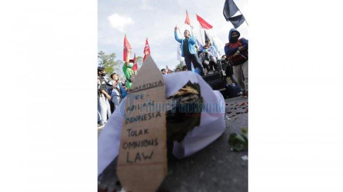 Sejumlah mahasiswa dari berbagai organisasi menggelar aksi damai menolak Omnibus Law di Bundaran Digulis, Jalan Ahmad Yani, Pontianak, Kalimantan Barat, Sabtu 17 Oktober 2020 sore. Mahasiswa menuntut aksi nyata dari anggota DPRD Kalbar maupun Gubernur Kalbar Sutarmidji dalam menolak disahkannya Undang-undang Omnibus Law.