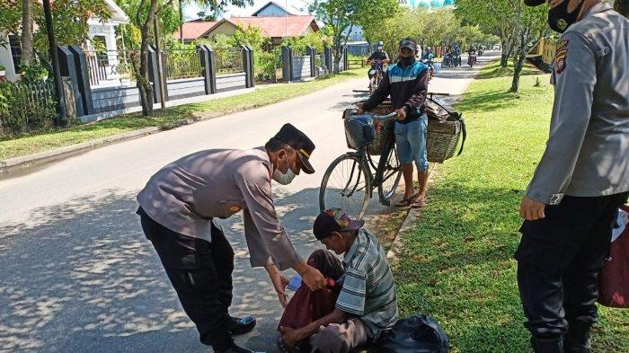 Kasat Binmas AKP H. Sulardi, S.I.P bersaman anggota Satuan Binmas menyambangi kaum dhuafa, pemulung, tukang parkir di sepanjang jalan protokol Kota Ketapang serta warga masyarakat kurang mampu di Kecamatan Delta Pawan, Jumat  7 Mei 2021.