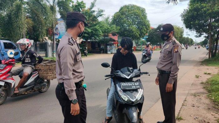 Personel Polres Ketapang Lansakan Penertiban Penggunaan Masker di Jalan Raya