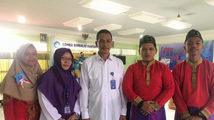 UPT Balai Bahasa Kalbar Gelar Lomba Berbalas Pantun bagi Siswa SMA/MA/SMK Se-Kalimantan Barat - ketua-balai-bahasa-bersama-staff-balai-bahasa-dan-perwakilan-siswa-peserta.jpg
