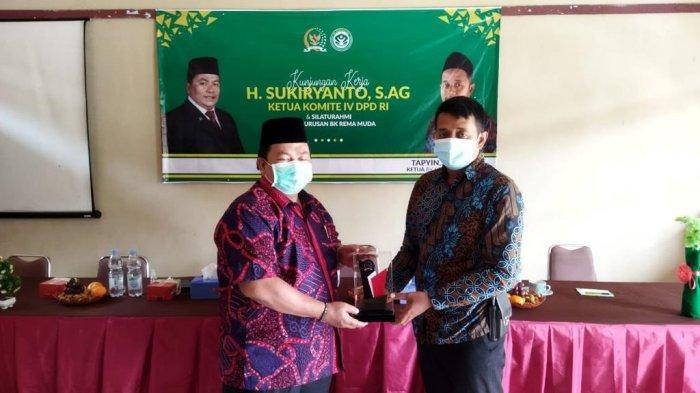 Ketua BK REMA MUDA, Tapyin menyerahkan Cendera mata kepada Ketua Komite IV DPD RI, H. Sukiryanto.