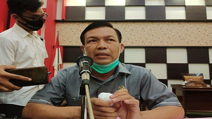 Ketua DPRD Kabupaten Sambas, H Abu Bakar, saat memimpin rapat paripurna pembahasan dua Rancangan Peraturan Daerah (Raperda) Inisiatif DPRD Kabupaten Sambas, Rabu 7 April 2021.