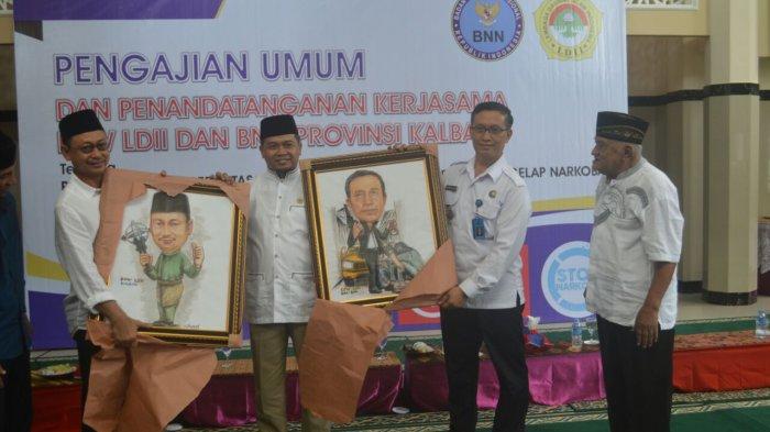 Ketua DPW LDII Kalbar Susanto menyerahkan cinderamata kepada Kepala BNNP Brigjen Nasrullah dan Wawako Pontianak Edi R Kamtono, Minggu (29/10/2017).