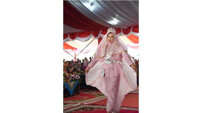 Lismaryani Sutarmidji Tampil Anggun dengan Busan Khas Daerah di Fashion Show Saat HKG PKK Padang